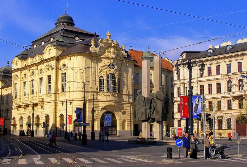 Дворец Редута и памятник Людовиту Штуру
