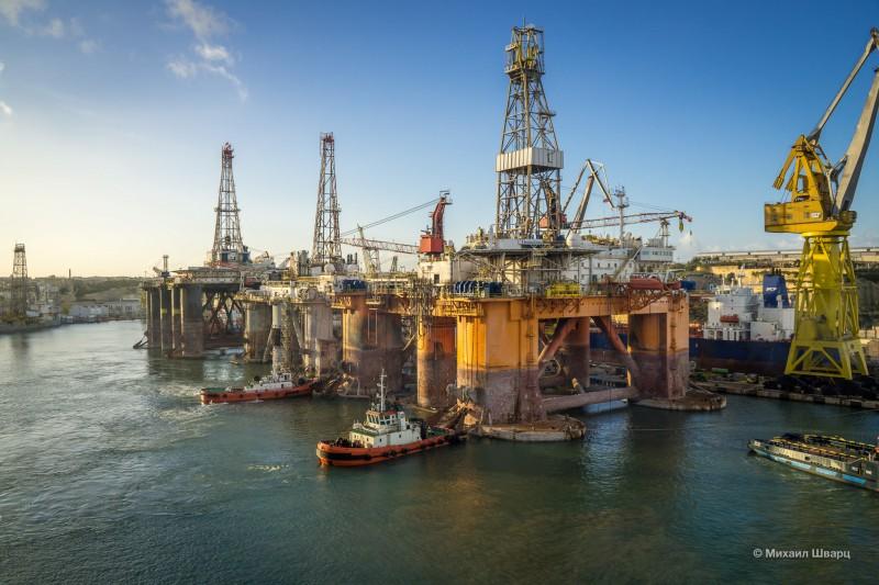 Перевозят нефтяную платформу