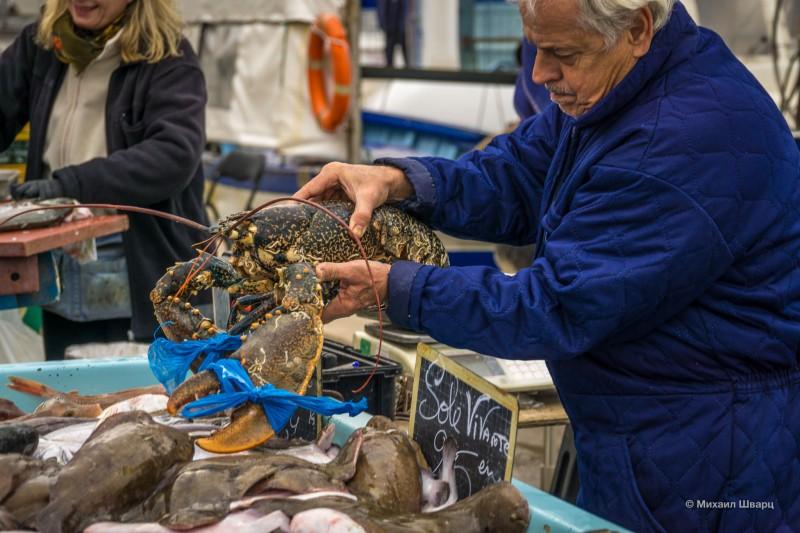 Омар на рынке в порту Марселя