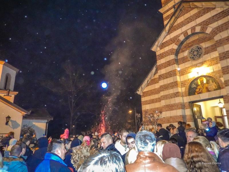 Костер в церкви Святого Стефана Дечанского на Бадни вечер в Белграде