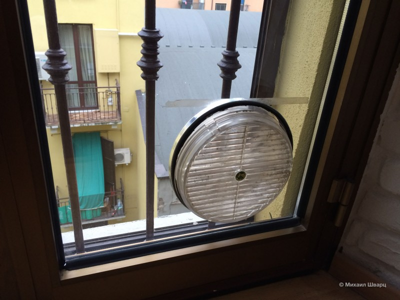 Постоянно открытое отверстие в окне!