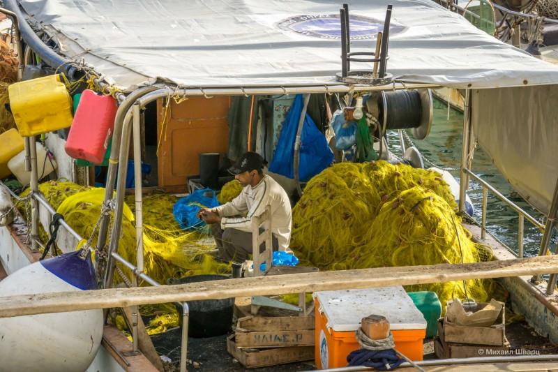 Рыбак распутывает сети