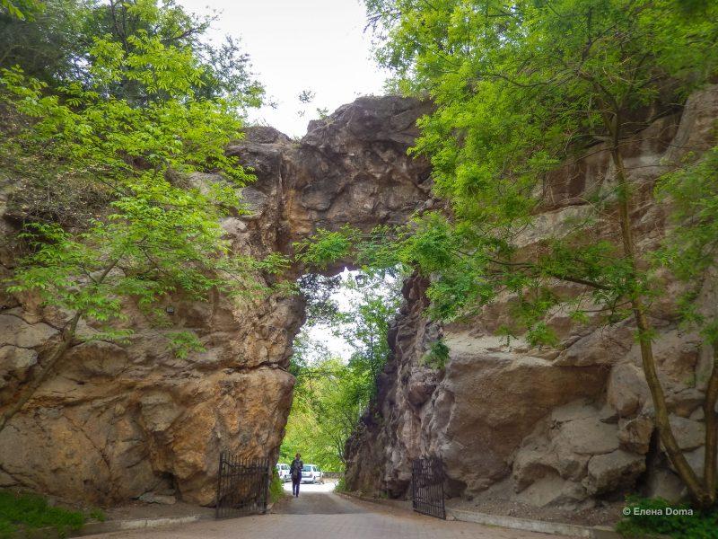 Проход через арку на летнюю эстраду