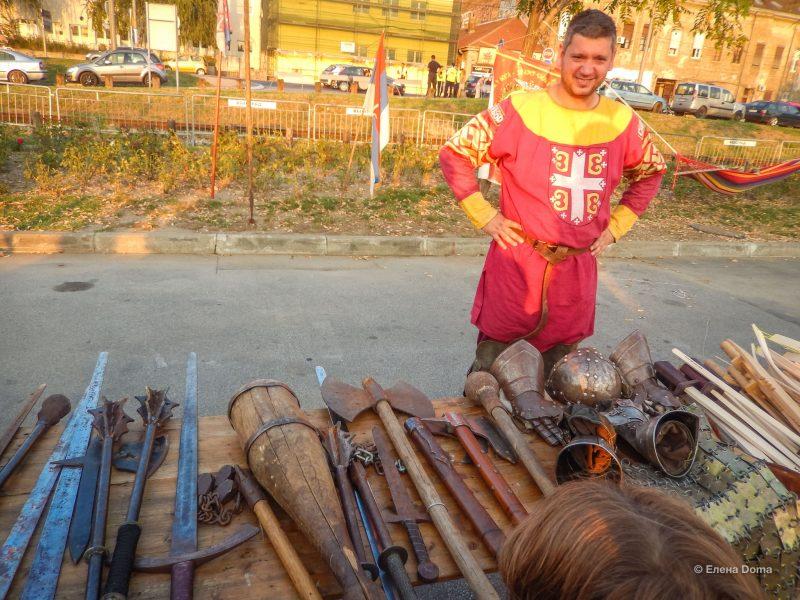 Сербский витязь с амуницией предлагает оружие на суше