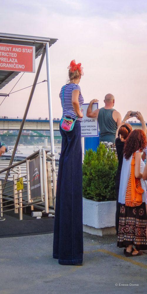 Посетители наблюдают за Карнавалом