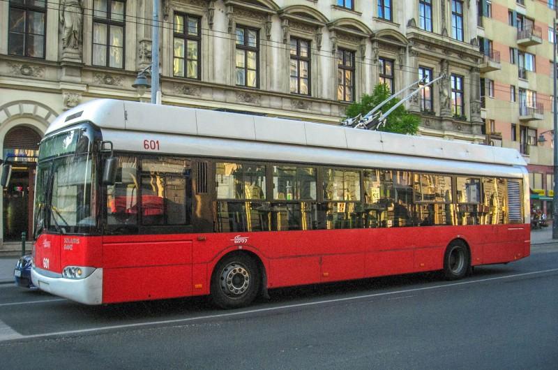 Троллейбус в городе