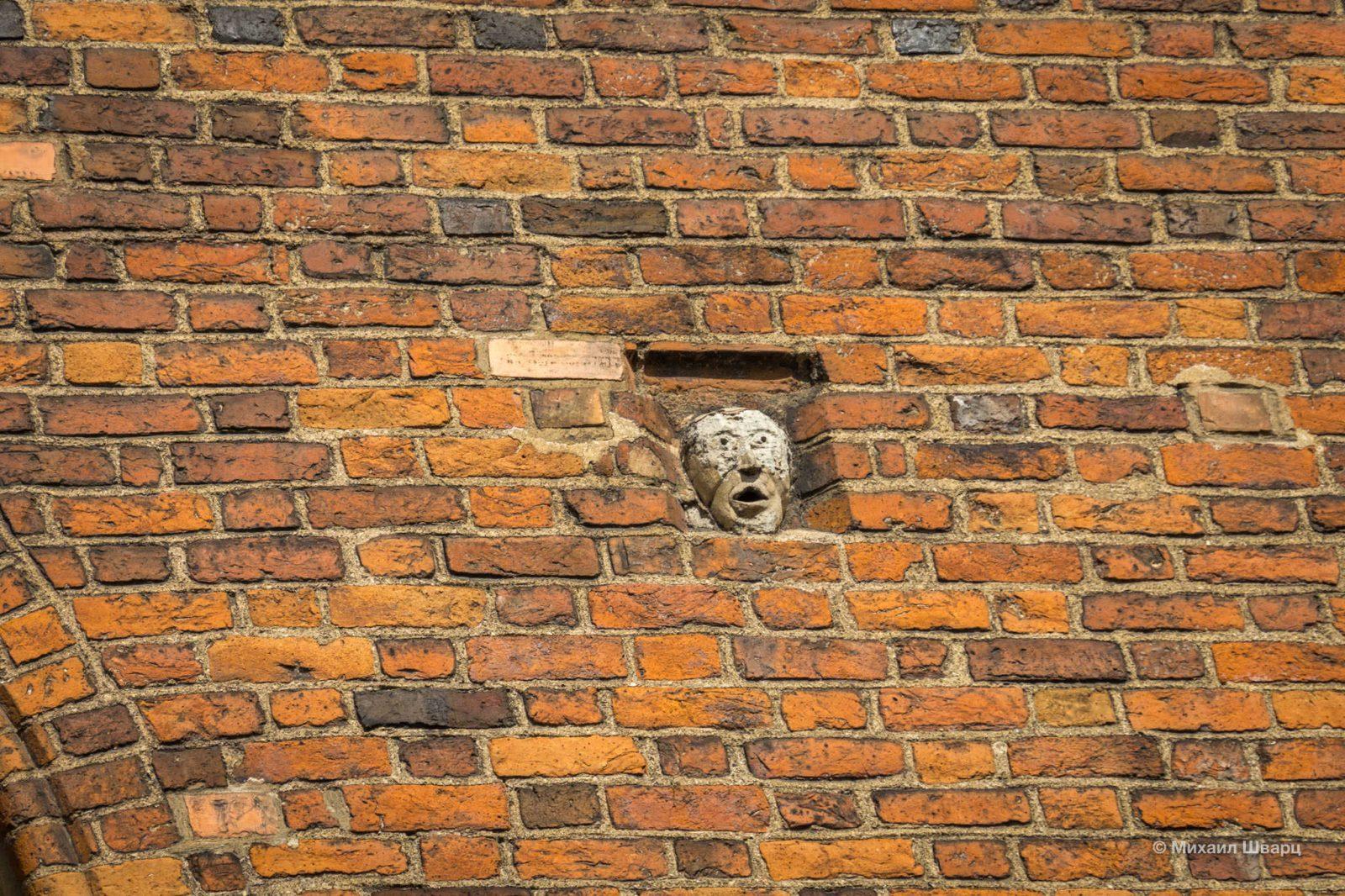 Голова в стене церкви святого Иоанна рига