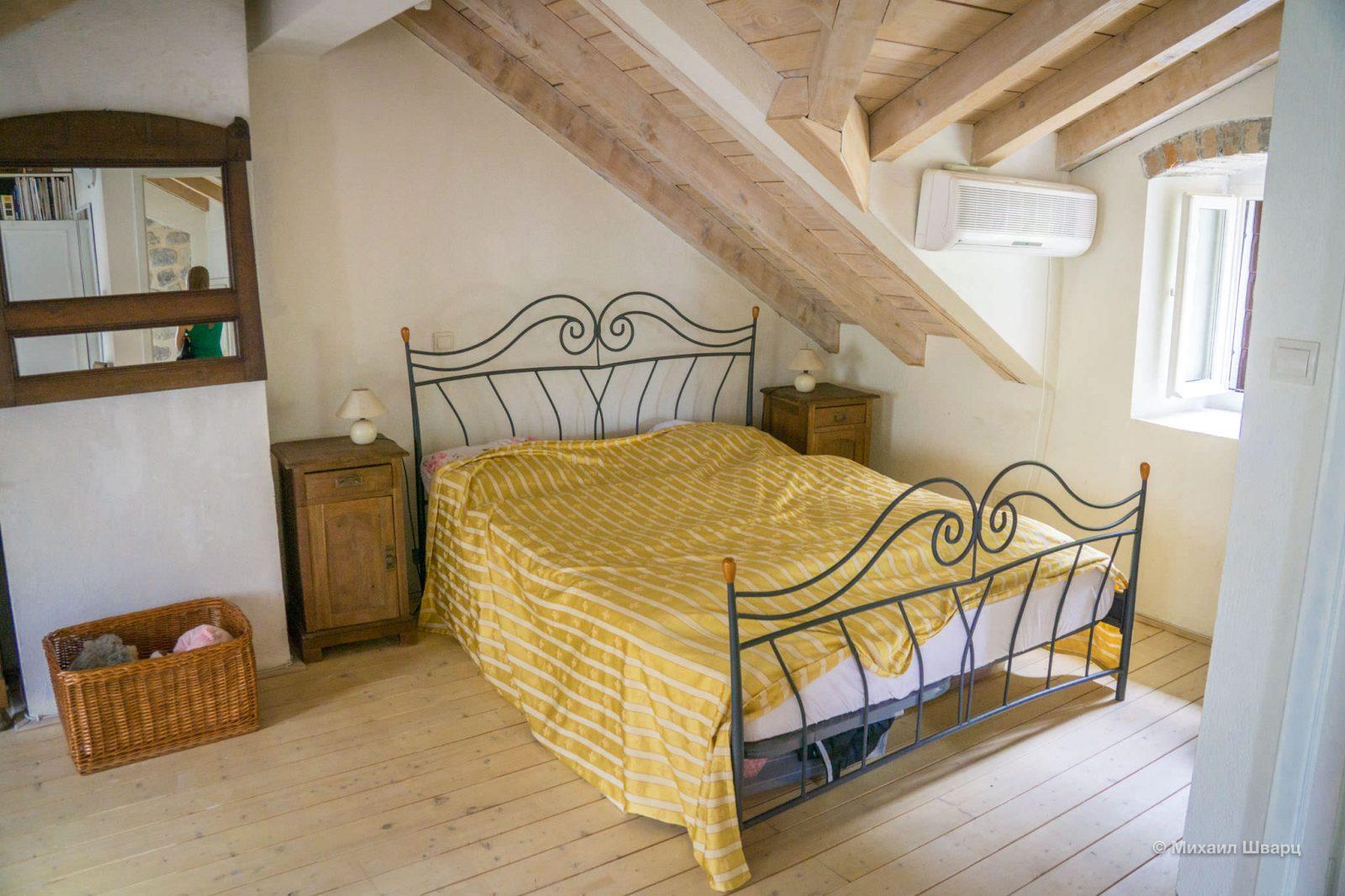 Огромная спальня на чердаке