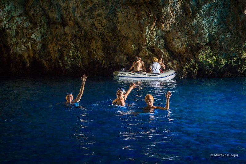 Необыкновенная вода в голубой пещере