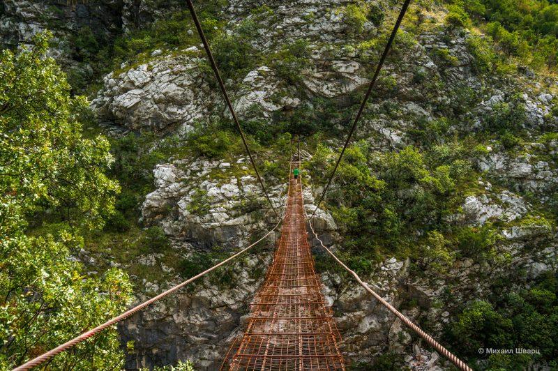Подвесной мост через реку Morača