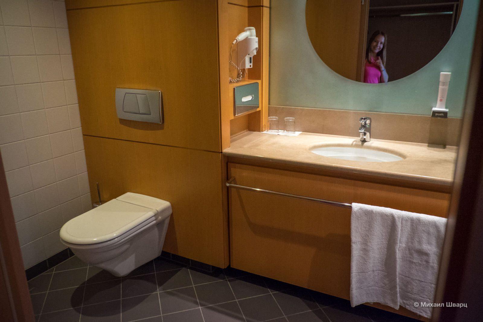 Просторный туалет с ванной
