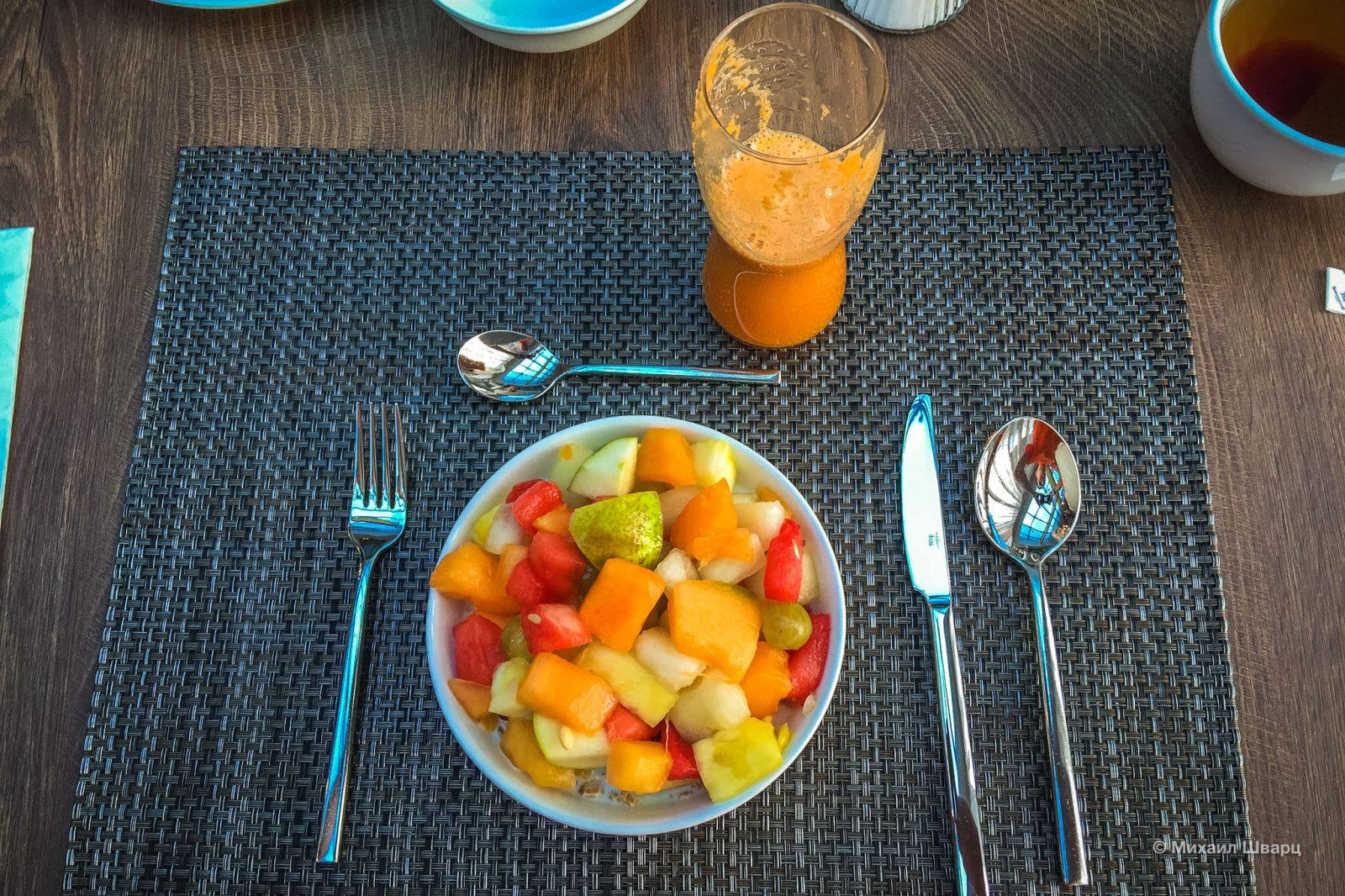 Много фруктов на завтрак