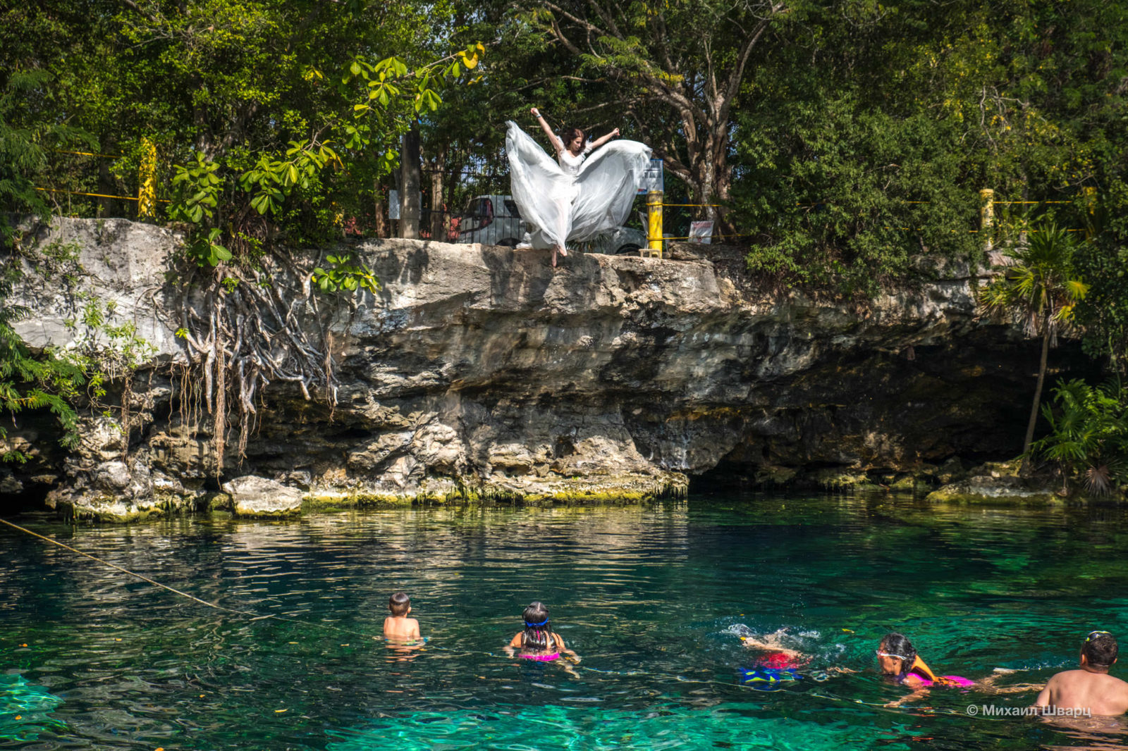 Невеста падает в Cenote Cristalino