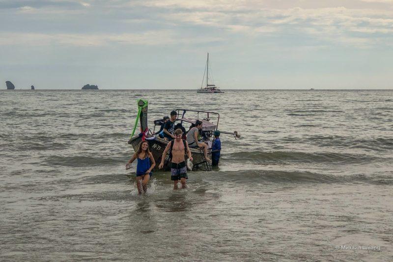 Выгрузка с лодки в Ао-Нанг