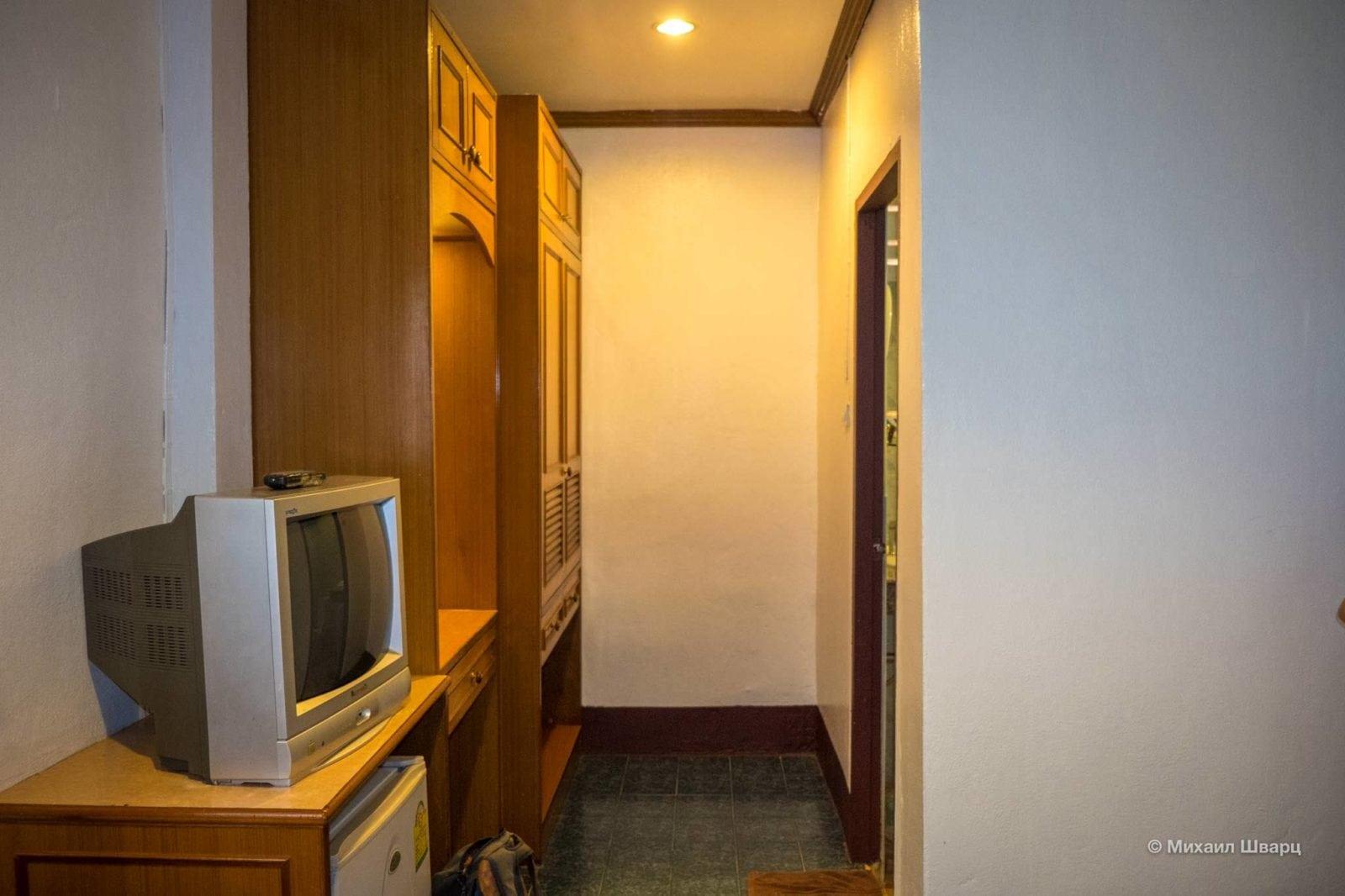 Есть шкаф и холодильник