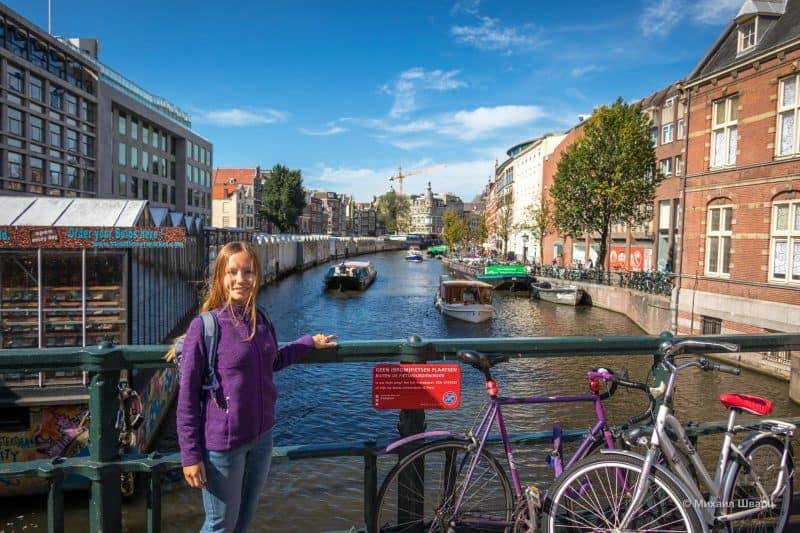 Блуменмаркт (Bloemenmarkt) со стороны канала