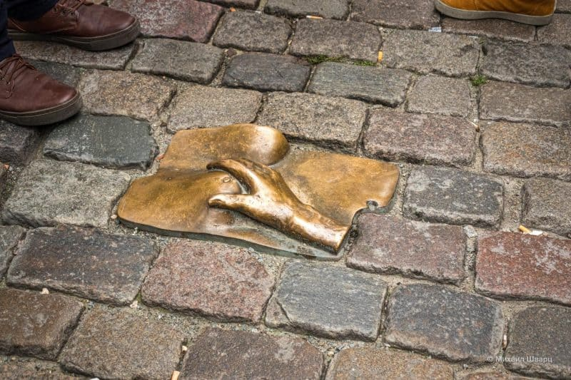 Памятник женской груди (De gestreelde borst)