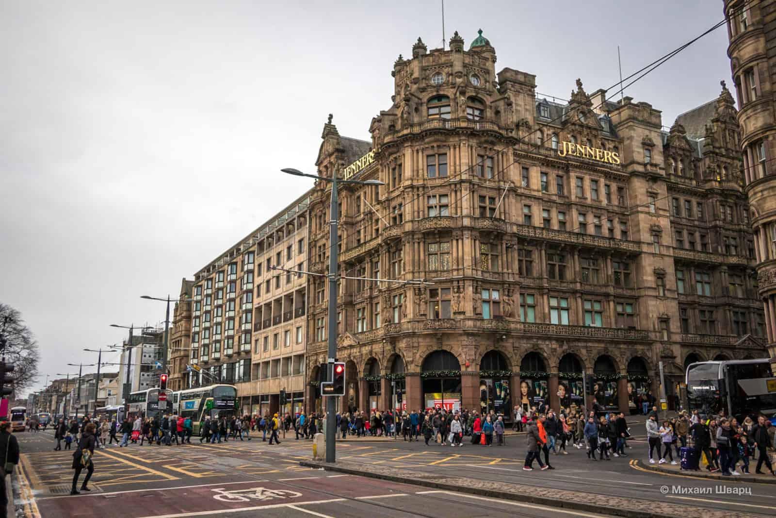 Толпы людей на улицах Эдинбурга
