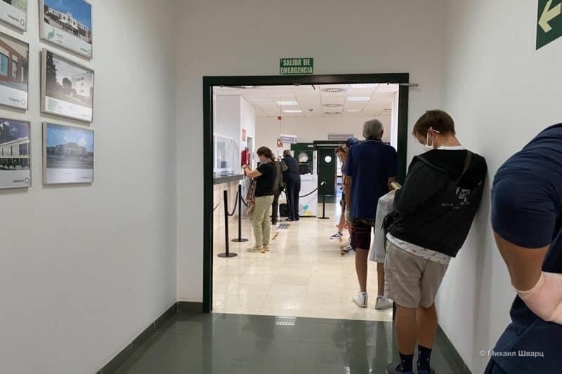 Очередь в больнице с социальным дистанцированием