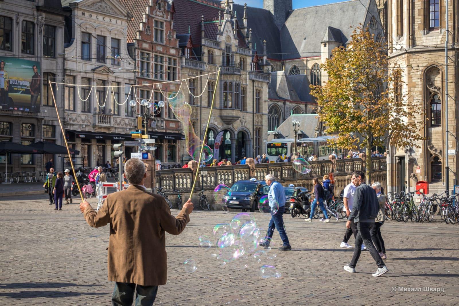 Уличные артисты на площади