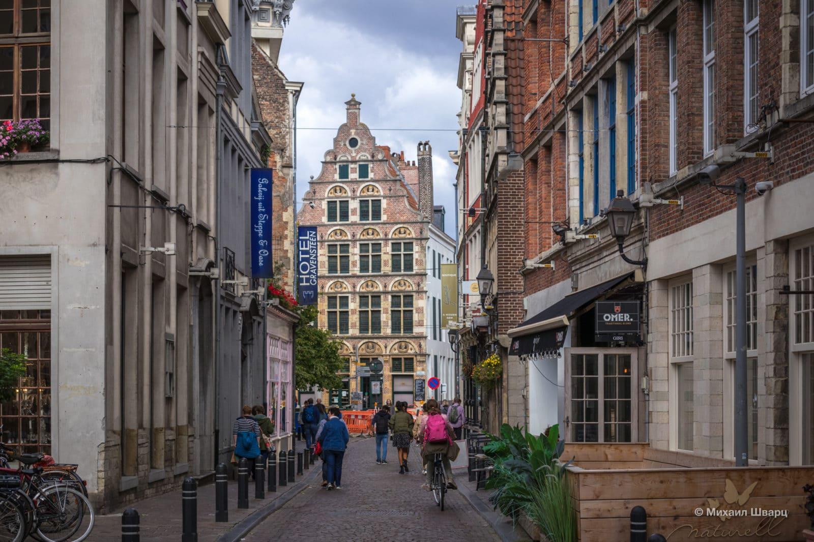 В конце улицы находится ресторан De Gekroonde Hoofden