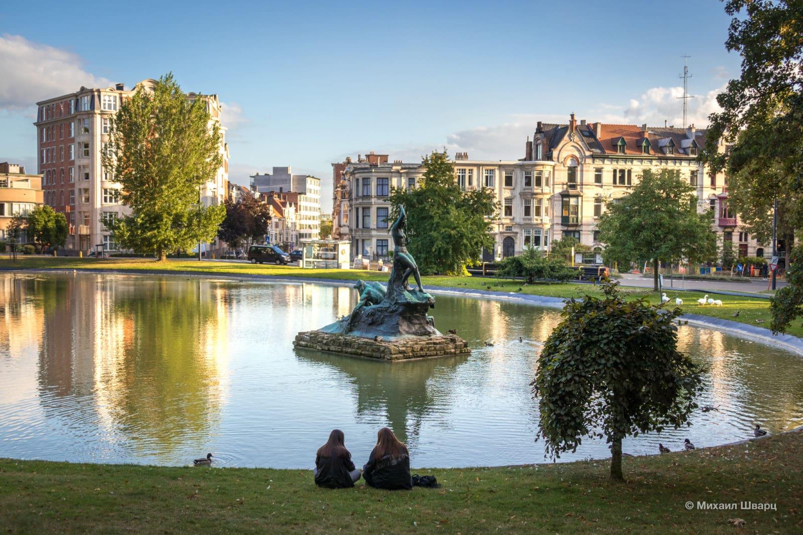 Озеро с уточками и скульптурой