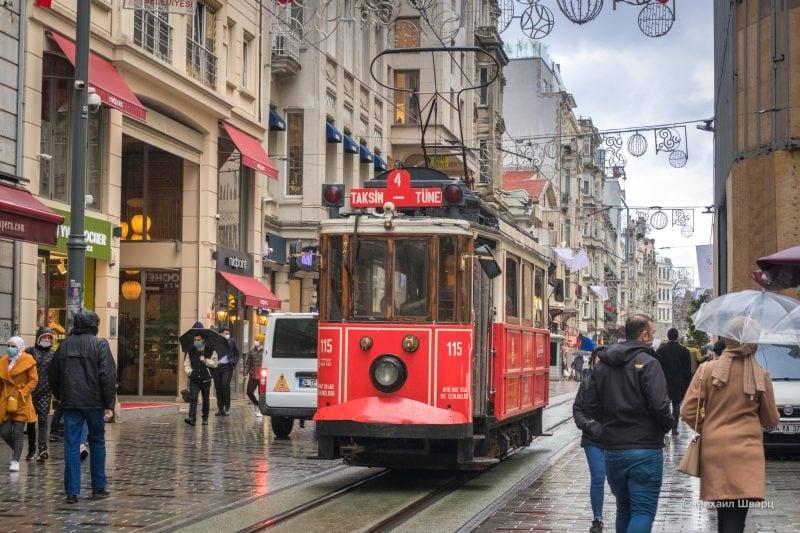 Исторический красный трамвай