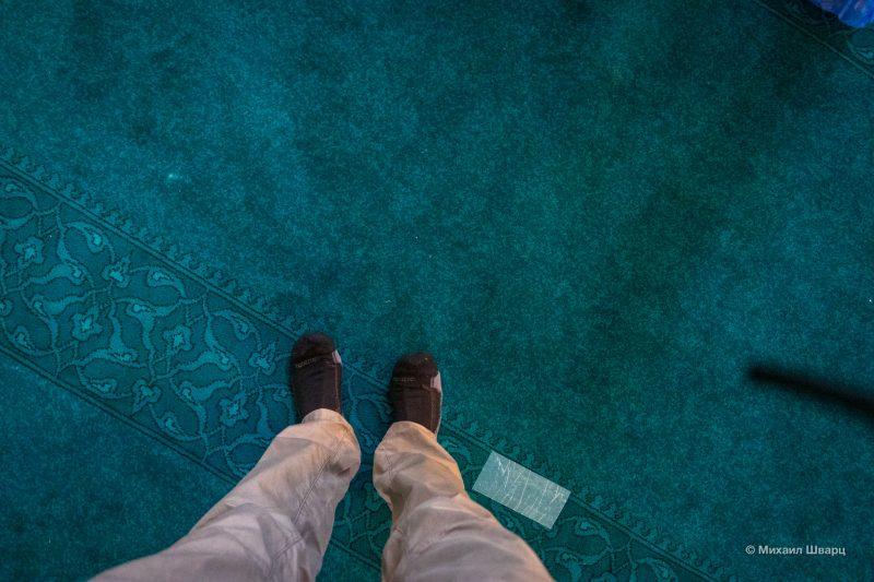 Надел тёплые носки, чтобы не замёрзнуть на холодном полу